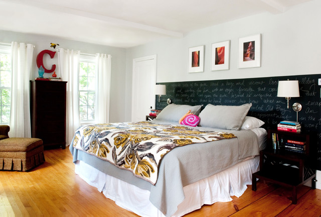 bedroom in strong colours with black bedside units