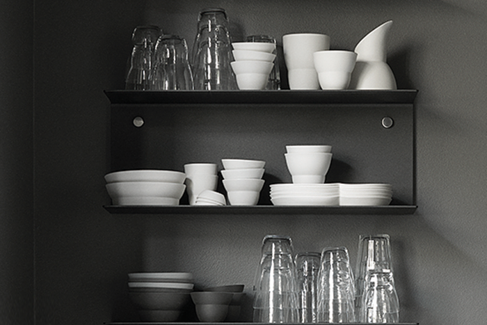 monochrome-kitchen-open-shelving