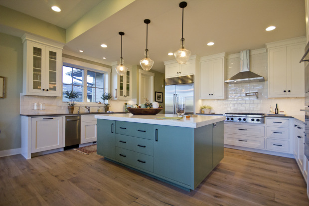 Kitchen with mix and match turqoise and white cupboards